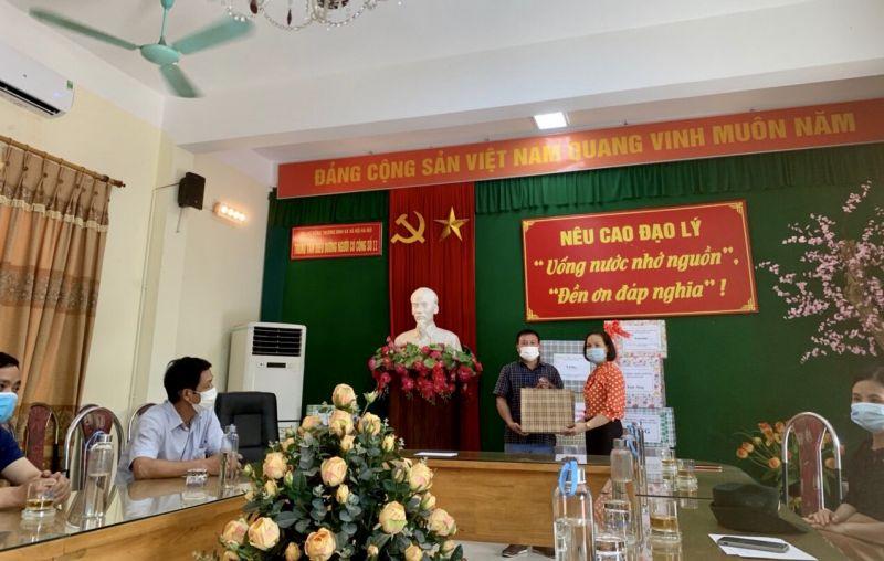 ... và thăm hỏi, tặng quà cho Trung tâm Điều dưỡng người có công số II Hà Nội, phường Biên Giang, quận Hà Đông