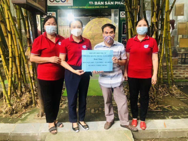 Hội LHPN phường Quang Trung tặng HTX Vụn Art - HTX nơi có nhiều phụ nữ khuyết tật làm việc, số tiền 3 triệu đồng
