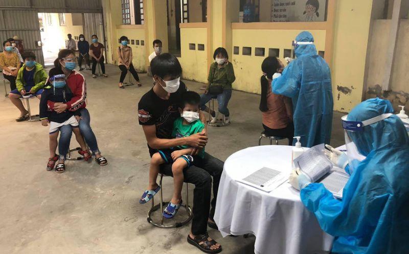 Cán bộ Trung tâm Y tế huyện Quốc Oai lấy mẫu xét nghiệm cho các trường hợp liên quan ca mắc Covid-19.