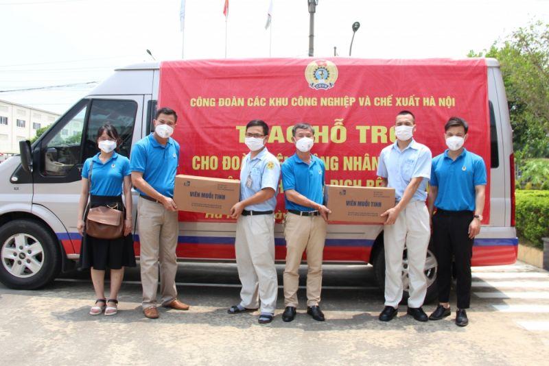 Đại diện tổ chức Công đoàn tặng quà công nhân khu công nghiệp Thăng Long bị ảnh hưởng do dịch bệnh Covid-19