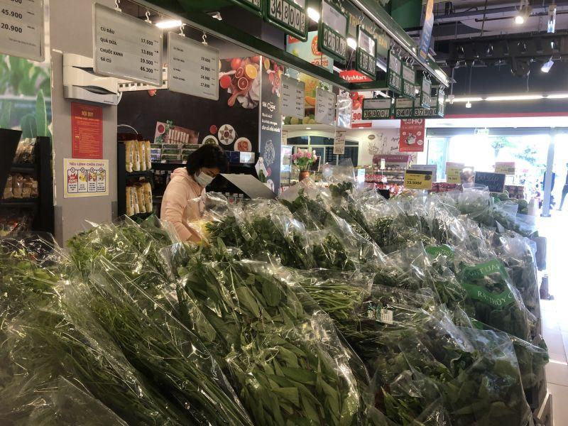 Kệ hàng đầy ắp rau xanh, thực phẩm tại siêu thị Vinmart ngõ 3 Tôn Thất Thuyết sáng ngày 19/7, phường Dịch Vọng Hậu, Hà Nội