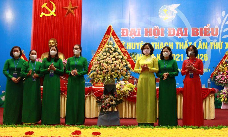 Lãnh đạo Hội LHPN Hà Nội tặng hoa chúc mừng Đại hội Đại biểu Phụ nữ huyện Thạch Thất, lần thứ XXIII, nhiệm kỳ 2021-2026