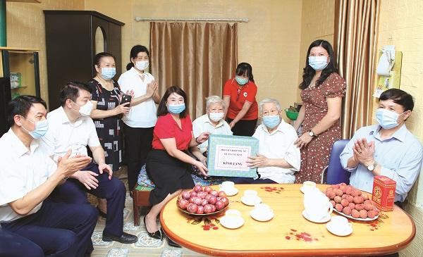 Trao nhà tình thương cho gia đình bà Hoàng Yến, phường Dịch Vọng