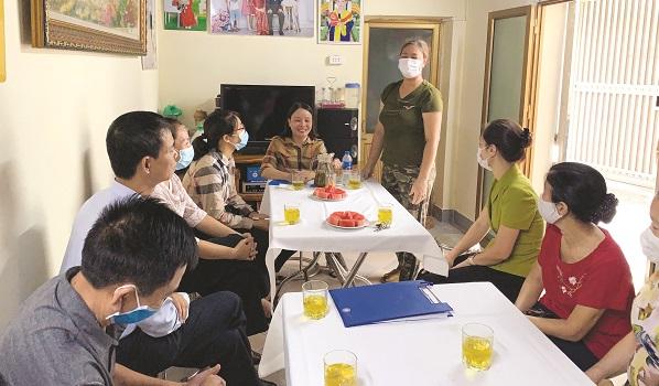 Chị Nguyễn Thị Thuỷ xúc động cảm ơn sự quan tâm, hỗ trợ của Hội Phụ nữ và chính quyền địa phương