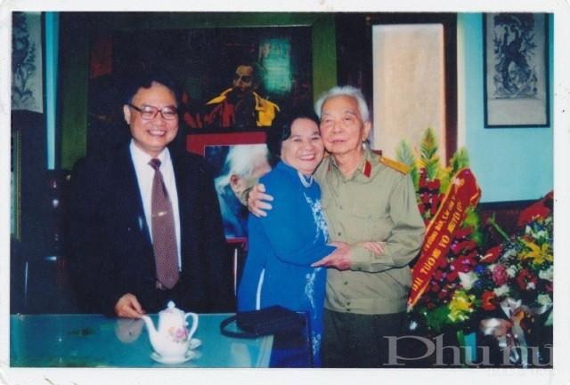 Đại tướng Võ Nguyên Giáp và hai nhà khoa học Nguyễn Thị Anh Nhân - Nguyễn Ngọc Anh.