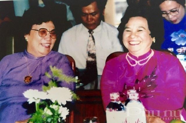 Nguyên Phó Chủ tịch nước Nguyễn Thị Bình (trái) và nhà khoa học Nguyễn Thị Anh Nhân trong Lễ vinh danh và trao Giải thưởng Kovalevskaia cho các nhà khoa học nữ xuất sắc.