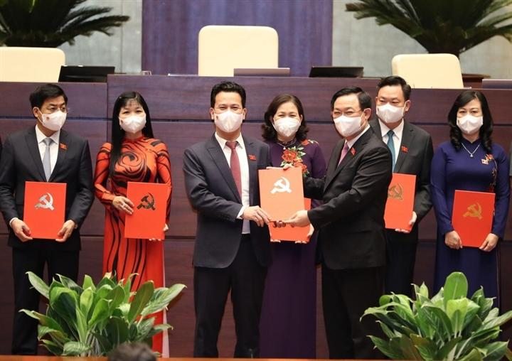 Chủ tịch Quốc hội Vương Đình Huệ trao Nghị quyết, Quyết định của Đảng đoàn Quốc hội và Ủy ban Thường vụ Quốc hội về công tác tổ chức. (Ảnh: Tiền Phong)
