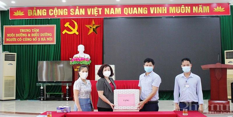 Đoàn công tác Hội LHPN Hà Nội tặng quà cho