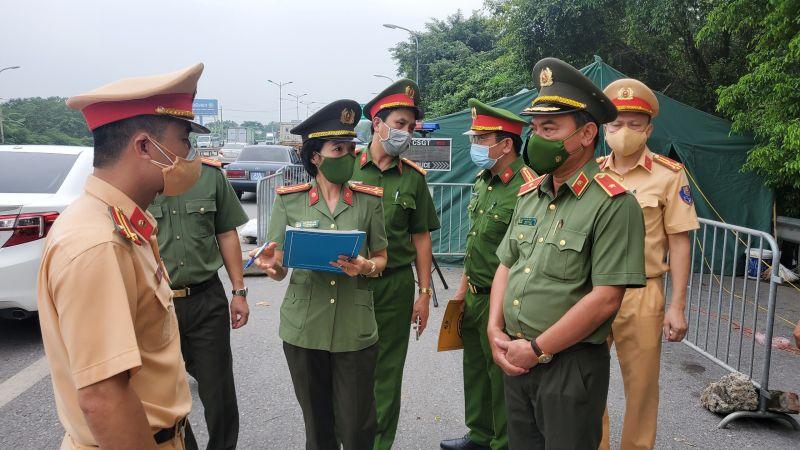 Thiếu tướng Nguyễn Anh Tuấn - Phó Giám đốc Công an TP Hà Nội đã đi kiểm tra các chốt kiểm soát dịch Covid- 19.
