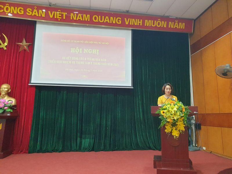 Dồng chí Phạm Thanh Hương, Phó Bí thư Đảng ủy cơ quan Hội LHPN Hà Nội báo cáo công tác 6 tháng đầu năm của Đảng ủy.