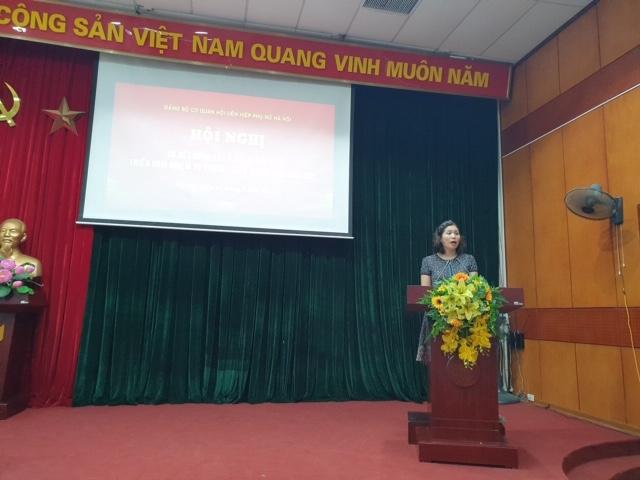 Đồng chí Lê Thị Hồng Minh, Bí thư Chi bộ Báo Phụ nữ Thủ đô phát biểu tham luận tại Hội nghị