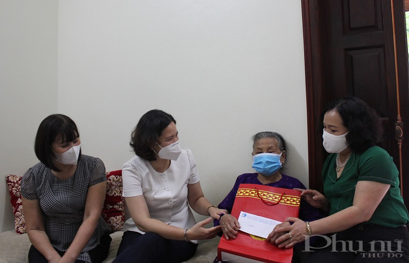 Các thành viên trong Đoàn công tác Hội LHPN Hà Nội đã ân cần hỏi thăm sức khỏe Mẹ VNAH Trần Thị Xạ