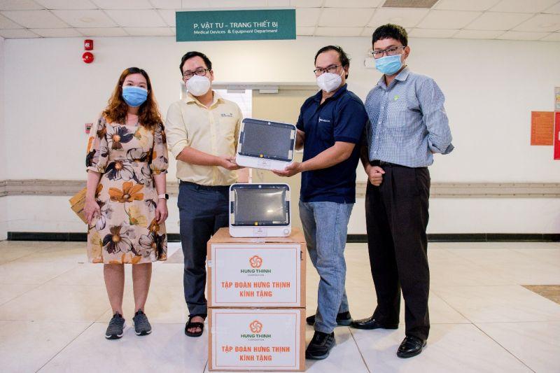 Các bác sĩ tại BV Nhi đồng Thành phố trong buổi tiếp nhận máymonitor 5 thông số