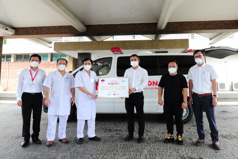 Ông Nguyễn Văn Cường – Phó Chủ tịch Tập đoàn Hưng Thịnh (thứ 3 từ phải sang) cùng đại diện các nhà tài trợ trao tặng 1 xe cứu thương cho BVThống Nhất
