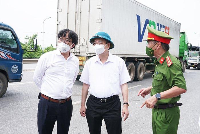 Chủ tịch Chu Ngọc Anh khảo sát đoạn đường tại chốt kiểm soát số 5, cầu Phù Đổng
