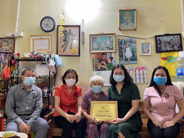 Lãnh đạo quận Hội trao kinh phí sửa Mái ấm tình thương cho Gia đình cán bộ Lão thành Cách mạng tại phường Thanh Xuân Bắc