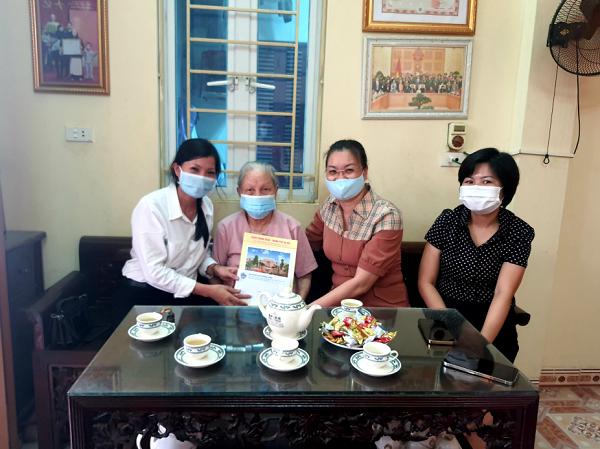 Lãnh đạo Hội LHPN quận, phường thăm hỏi, tặng quà Mẹ Việt Nam anh hùng tại phường Hạ Đình