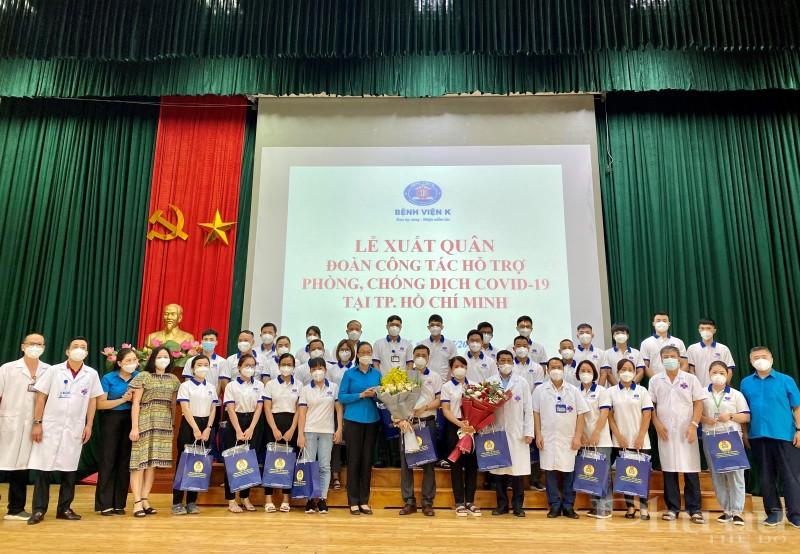 PGS.TS Phạm Thanh Bình, Chủ tịch Công đoàn ngành Y tế Việt Nam và Ban Lãnh đạo Bệnh viện tặng hoa động viên tinh thần các đồng chí tham gia đoàn công tác.