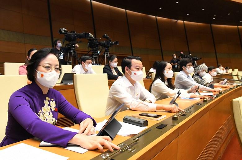 Đại biểu Quốc hội nhấn nút biểu quyết thông qua Nghị quyết
