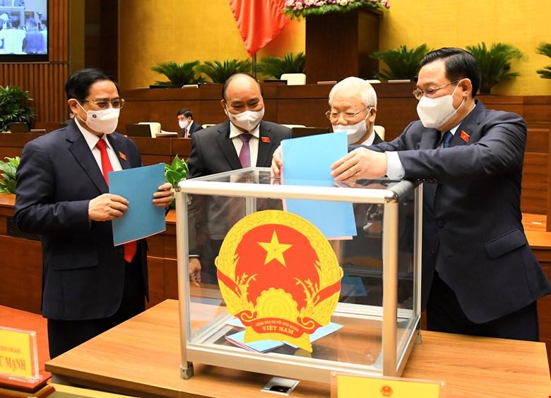 Các đồng chí lãnh đạo bỏ phiếu bầu các chức danh