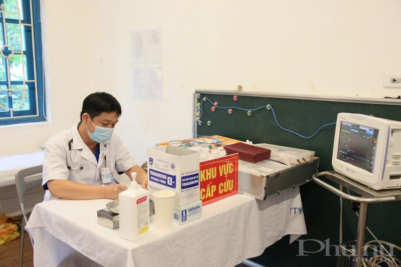 Tại khu vực tiêm được chuẩn bị sẵn sàng các phương tiện để cấp cứu nếu có trường hợp bệnh nhân phản ứng nặng.