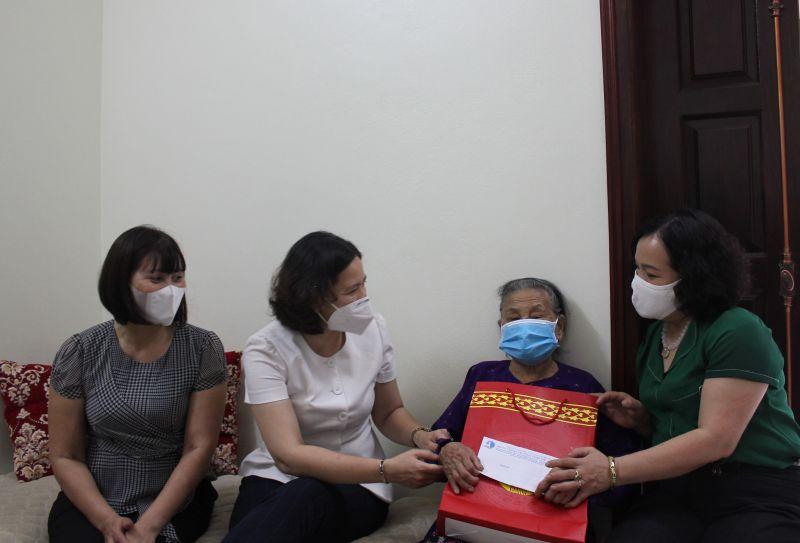 Chủ tịch Hội LHPN Hà Nội cùng đoàn công tác thăm
