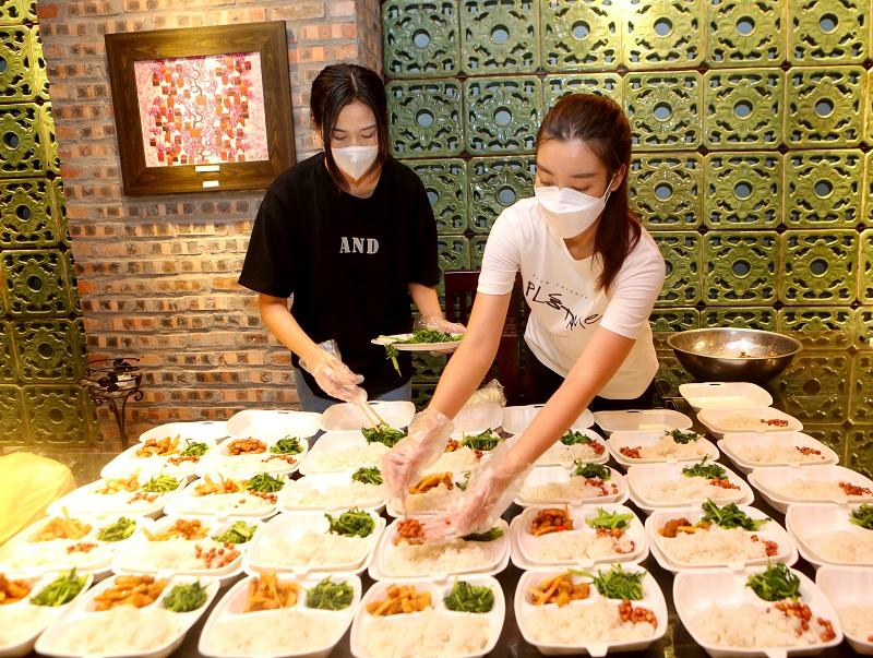 Các Hoa hậu chuẩn bị phần cơm kỹ lưỡng
