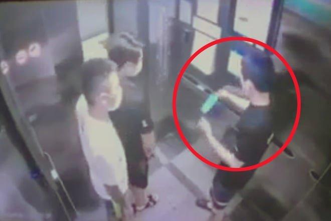 Hành vi của đối tượng Hoàng Văn Bắc đã bị camera chung cư ghi lại