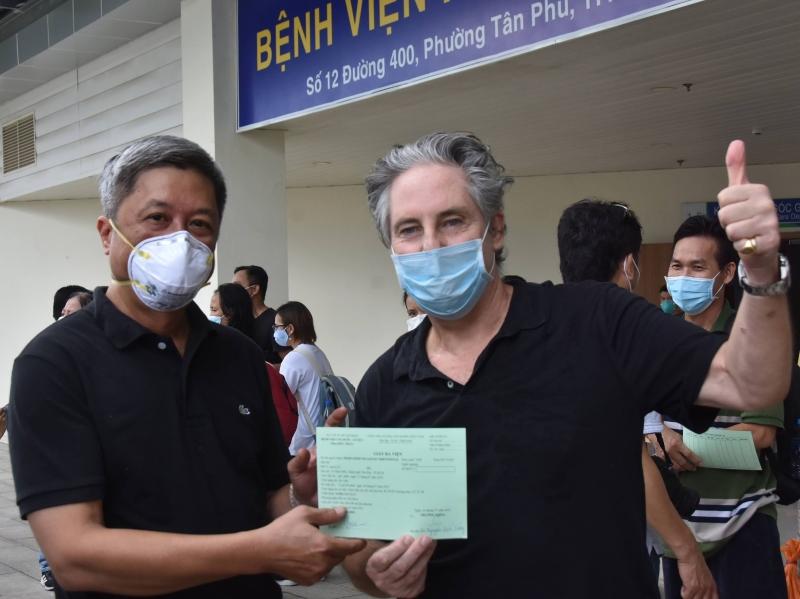Thứ trưởng Bộ Y tế Nguyễn Trường Sơn trao giấy công bố khỏi bệnh cho người điều trị Covid-19.