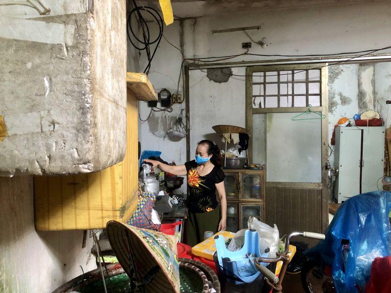 Lại một ngày không có việc làm, chị Thoa chỉ biết đi ra đi vào, dọn dẹp căn bếp trong nỗi buồn phảng phất
