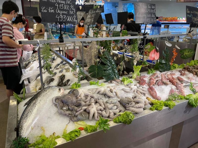 Chiều ngày 25/7, các mặt hàng thực phẩm tươi sống tại siêu thị Vinmart Trần Đăng Ninh (Cầu Giấy) vẫn rất dồi dào.
