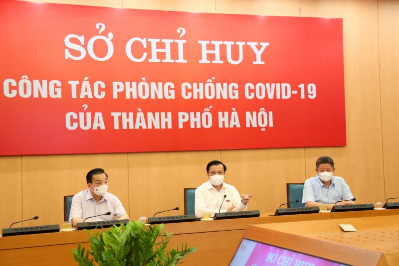Bí Thư Thành ủy Đinh Tiến Dũng (người ngồi giữa) tại buổi làm việc với Sở Chỉ huy công  tác phòng chống Covid-19 thành phố Hà Nội