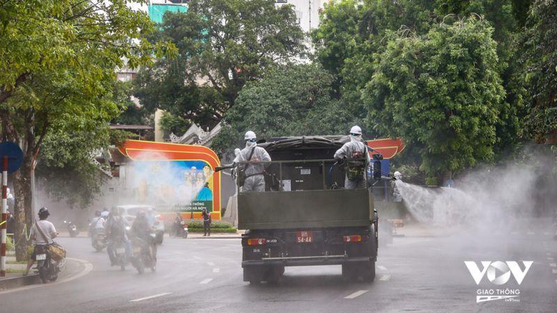 Bộ Tư lệnh Thủ đô và Binh chủng hóa học phun khử khuẩn quanh nội thành Hà Nội