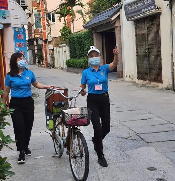 Cán bộ hội viên phụ nữ phường Xuân Đỉnh, quận Bắc Từ Liêm đi tuyên truyền về phòng, chống dịch Covid-19