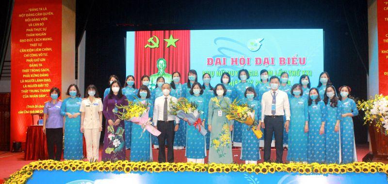 Các đồng chí lãnh đạo Hội LHPN Hà Nội, lãnh đạo Huyện ủy Gia Lâm tặng hoa chúc mừng BCH Hội LHPN huyện Gia Lâm lần thứ XXI