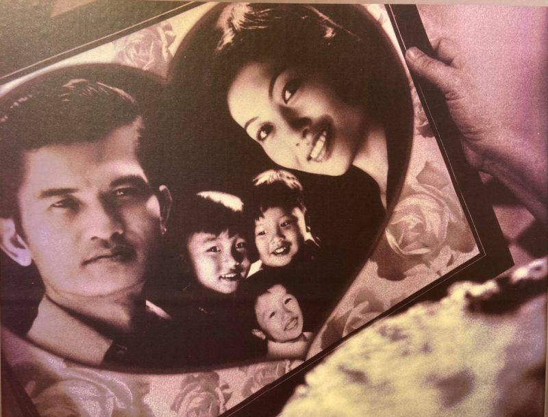 Gia đình hạnh phúc của cô văn công Linh Phương trước khi bi kịch da cam đổ xuống khiến chồng và ba con của bà phải chết với cùng triệu chứng (Ảnh đang được trưng bày tại triển lãm Thảm họa da cam/dioxin - 60 năm nhìn lại do Hội nạn nhân chất độc da cam/dioxin Việt Nam tổ chức)