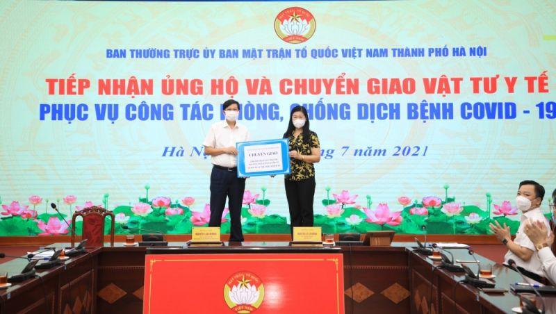 Chủ tịch Ủy ban Mặt trận Tổ quốc Việt Nam thành phố Hà Nội Nguyễn Lan Hương chuyển giao vật tư y tế phục vụ công tác phòng, chống dịch tới đại diện Sở Y tế Hà Nội.