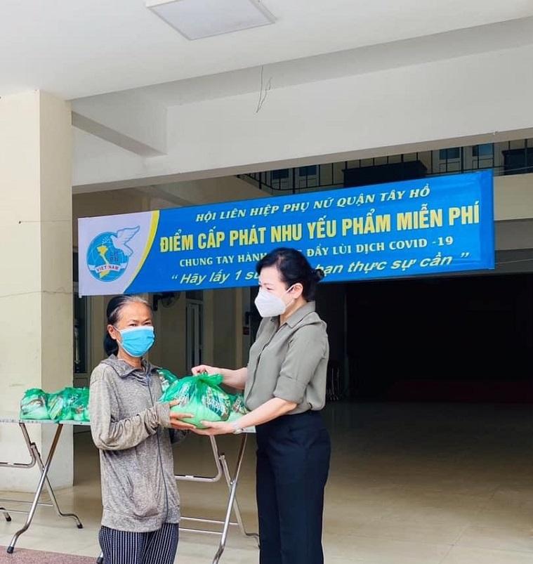 Hội LHPN quận Tây Hồ tặng nhu yếu phẩm cho hội viên phụ nữ và gia đình khó khăn