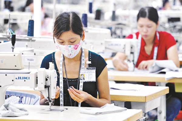 Vị trí của phụ nữ trong thị trường lao động bị ảnh hưởng nặng nề bởi các bất lợi về kinh tế - xã hội xuất phát từ phân biệt đối xử trên cơ sở giới. (Ảnh minh họa)
