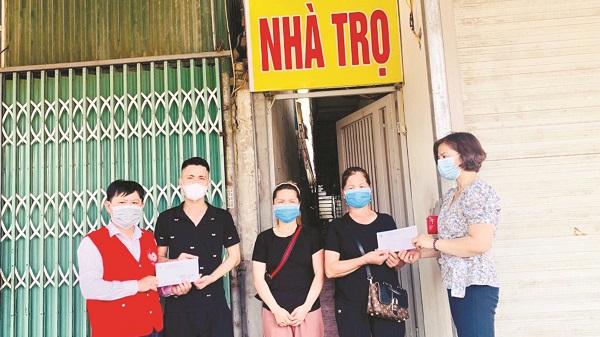 Hội LHPN quận Hà Đông trao tiền hỗ trợ cho phụ nữ nhập cư có hoàn cảnh khó khăn do dịch Covid-19