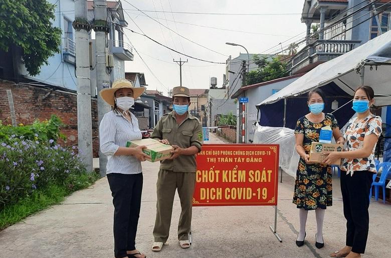 Phụ nữ Ba Vì tặng quà cho các chốt kiểm soát