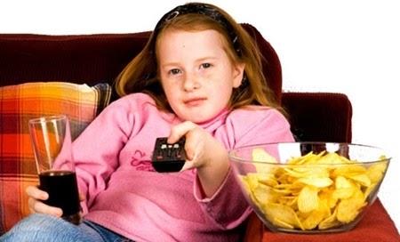 Ở nhà nhiều, ít vận động, sử dụng nhiều các loại đồ ăn nhanh rất dễ gây béo phì cho trẻ