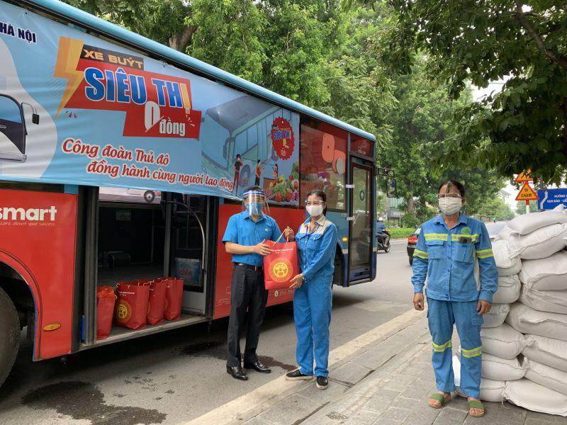 Đồng chí Nguyễn Chính Hữu - Phó Chủ tịch Liên đoàn Lao động TP Hà Nội tặng quà nữ công nhân công ty TNHH MTV Môi trường đô thị Hà Nội