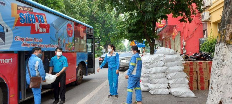 Người LĐ làm việc tại các doanh nghiệp trên địa bàn huyện Mê Linh tiếp nhận quà hỗ trợ