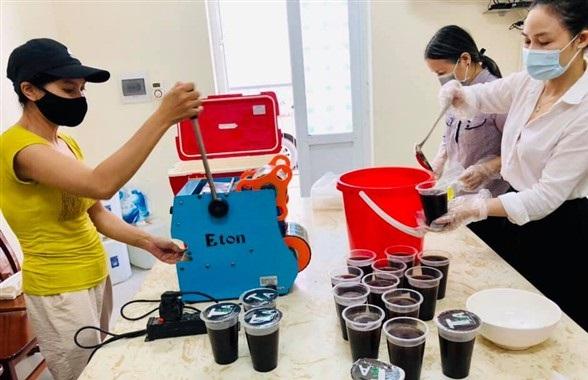 Cán bộ, hội viên phụ nữ Gia Lâm còn nấu chè, pha nước mát tặng các chốt kiểm soát dịch bệnh