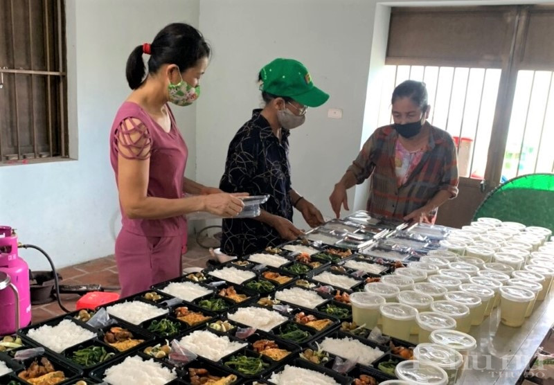 Hội viên phụ nữ quận Hoàng Mai nấu cơm tặng các y bác sĩ tham gia hoạt động tiêm chủng, phòng chống dịch Covid-19.