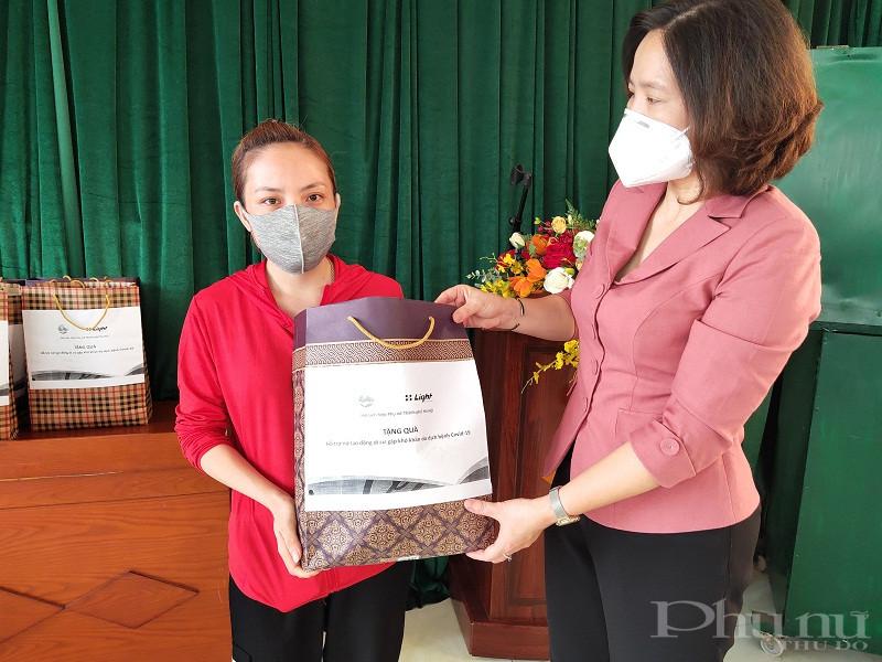 Đồng chí Lê Kim Anh - Chủ tịch Hội LHPN Hà Nội trao quà cho nữ lao động di cư trên địa bàn phường Phúc Tân.