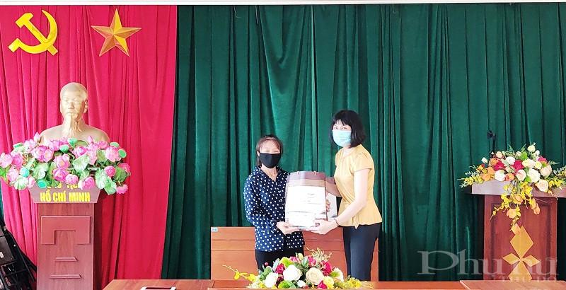 Chị Trịnh Thị Huệ - Chủ tịch Hội LHPN quận trao quà cho nữ lao động nhập cư