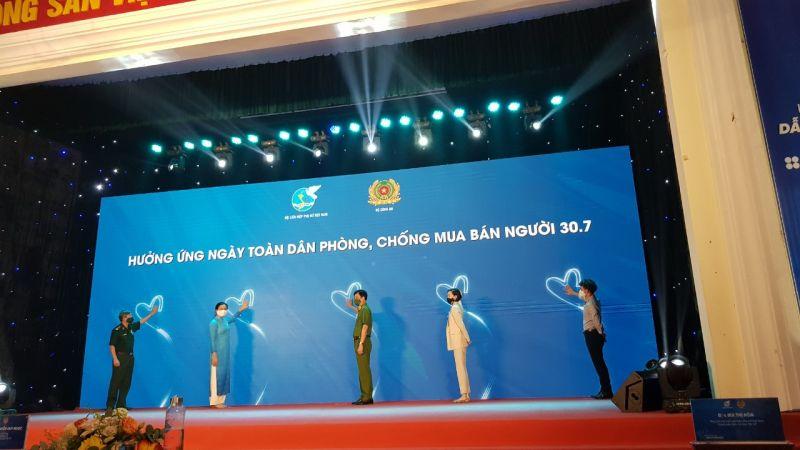 Lãnh đạo Hội LHPN Việt Nam, lãnh đạo Bộ Công an, đại diện Bộ đội Biên phòng, đại diện Tổ chức Di cư Quốc tế (IOM) - Cơ quan Di cư LHQ tại Việt Nam cùng cam kết Chung tay phòng, chống mua bán người