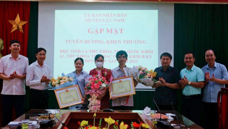 UBND huyện Lục Nam tổ chức gặp mặt tuyên dương, khen thưởng HS thủ khoa toàn quốc khối A1 và thủ khoa khối B tỉnh Bắc Giang